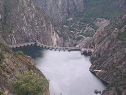 1280px-Arribes_del_Duero,_presa_de_Aldeadavila_1.jpg
